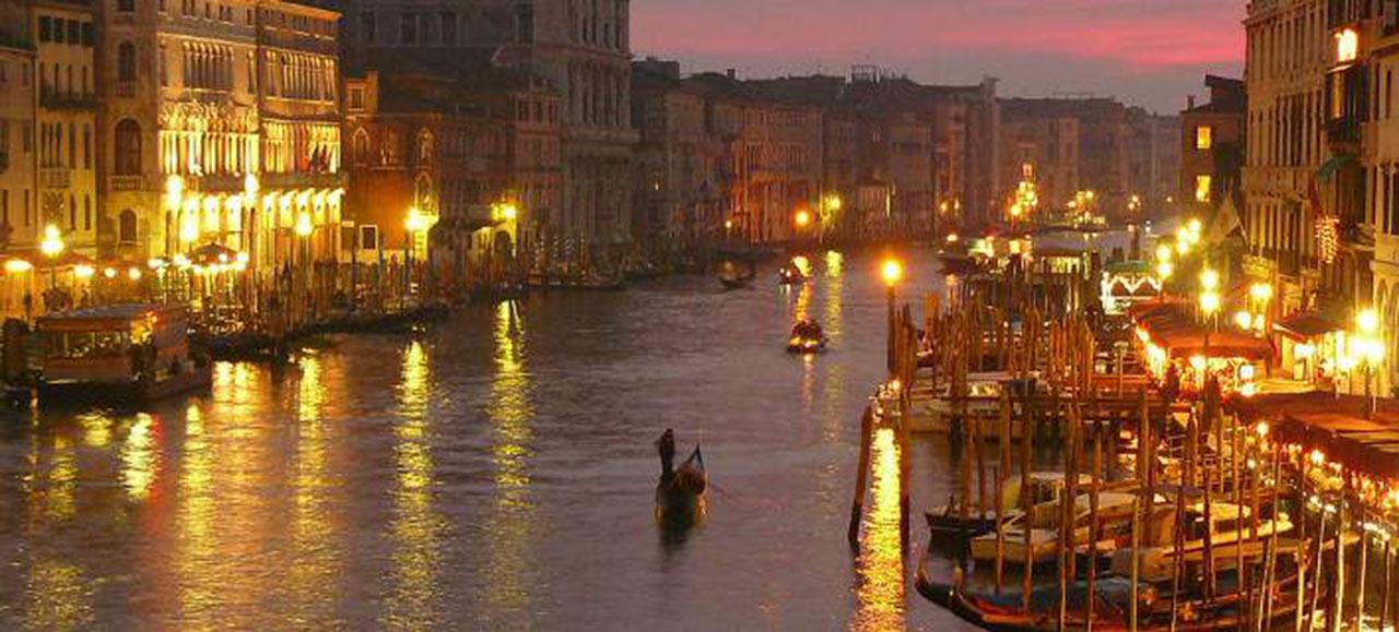 venetia-italia-romantika-gondoles