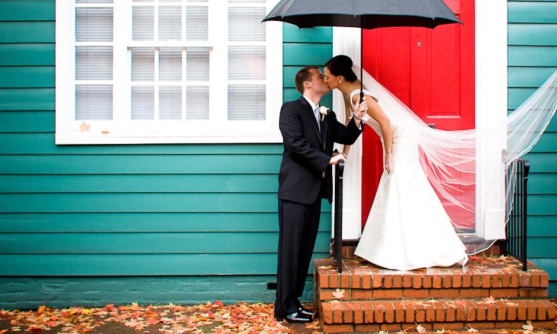 Οι άσχημες καιρικές συνθήκες είναι απρόβλεπτες. Ενώ περιμένατε μια ηλιόλουστη ημέρα στον γάμο σας, τώρα ακούτε για μια βροχερή! Μην σας αγχώνει, ωστόσο. Εδώ συνεχίζουμε τις συμβουλές μας για να έχετε την πιο υπέροχη γαμήλια ημέρα, παρά την βροχή!