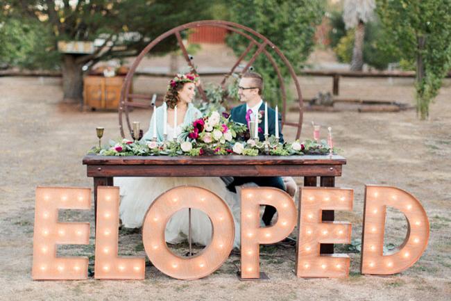 Οι γάμοι σήμερα μπορούν να γίνουν εντυπωσιακοί με αυτό το απόλυτο τρίπτυχο! Βάλτε τον προσωπικό σας χαρακτήρα στην εκκλησία και τη δεξίωση. Επιλέξτε χειροποίητα προσκλητήρια, μπομπονιέρες και διακοσμητικά. Και το τρίτο απόλυτο μυστικό; Keep it simple! Η απλότητα είναι η είσοδος στο μεγαλείο. Εκτός του ότι είναι οικονομική, αν συνδυαστεί σωστά μπορεί να φέρει θαύματα!