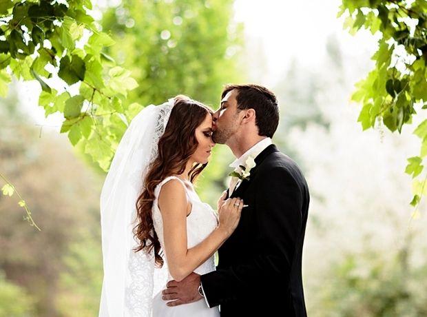 Η επιλογή του να παντρευτείς σε μια εκκλησία ή να κάνεις μια πολιτική γαμήλια τελετή είναι μια απόλυτα προσωπική επιλογή. Kαι πρέπει να γίνει από το ζευγάρι. Με αυτό το άρθρο πιστεύουμε ότι θα βοηθήσουμε τα ζευγάρια να αποφασίσουν τι είναι σωστό γι'αυτά…