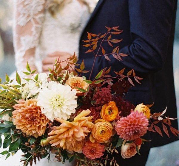 Χρειάζεστε μια μικρή βοήθεια που θα δώσει έμπνευση και στυλ στον φθινοπωρινό σας γάμο; Ερευνήσαμε και ρωτήσαμε τους πιο έμπειρους διοργανωτές γάμων για να μας δώσουν ιδέες που θα κάνουν την τελετή και την δεξίωσή σαςπλήρως εντυπωσιακή!Εν ολίγοις, όλα γυρνούν γύρω από την υφή, τα υπέροχα πλούσια χρώματα, τις φωτεινέςπινελιές και στοιχεία πουδιακριτικά φωνάζουν… φθινόπωρο!