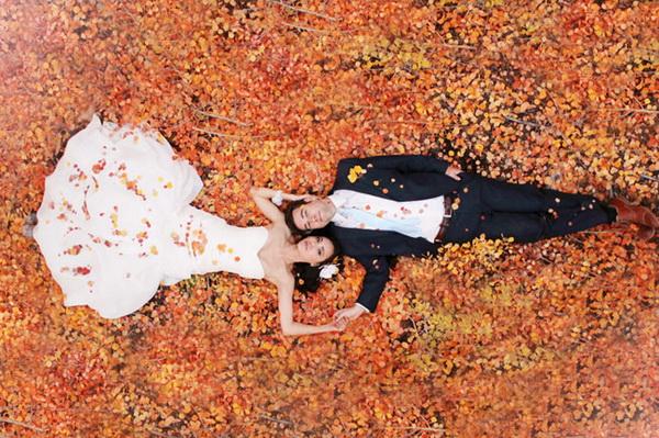 Ένας φθινοπωρινός γάμος φαίνεται να είναι μία από τις καλύτερες επιλογές σας. Η εποχή προσφέρει πορτοκαλί ρομαντικά ηλιοβασιλέματα, δροσερές βραδιές και ιδανικά τοπία για φωτογραφήσεις. Ωστόσο, υπάρχουν και κάποιες παγίδες που καλό θα ήταν να αποφύγετε. Γι'αυτό εμείς συνεχίζουμε να σας αναφέρουμε μερικές ακόμα, έτσι ώστε να είστε προετοιμασμένοι για τα πάντα!