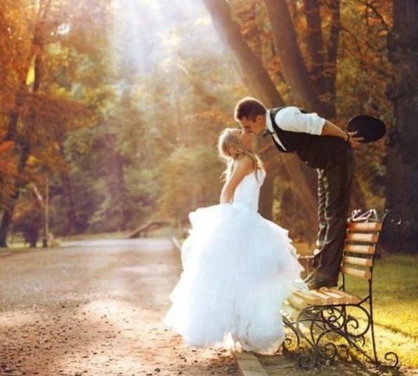 Δεν είναι περίεργο που ο φθινοπωρινός γάμος είναι τόσο δημοφιλής. Η αλλαγή χρώματοςτων φύλλων δημιουργεί ευκαιρίες για καταπληκτικά φωτογραφικά αποτελέσματα. Αντιθέτως,οι αυξημένες θερμοκρασίες του καλοκαιριού, σας κάνουν να ιδρώνετε μέσα στο υπέροχο νυφικό σας. Ωστόσο, δεν θα αρνηθούμε πως κάθεεποχή έχει τα δικά της εμπόδια για το σχεδιασμό του γάμου. Παρακάτω, θα σας δείξουμε πώς […]