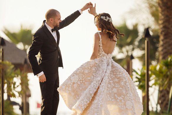Τα τρία πιο σημαντικά μέρη ενός γάμου είναι η τελετή, η δεξίωση και, φυσικά, ο πρώτος χορός. Αυτά είναι τα τρία γεγονότα που οι καλεσμένοι σας θα θυμούνται πιο πολύ. Επομένως, γιατί να μην γιορτάσετε με μελωδίες που θα αφήσουν μια εντυπωσιακή επίγευση; Συνεχίζουμε με τα υπόλοιπα μέρη ενός γάμου και τα τραγούδια τους!