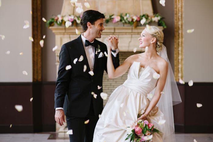 Οι τάσεις το 2018 είναι πολλές. Εμείς ρωτήσαμε κορυφαίους διοργανωτές και σχεδιαστές γάμου που μας είπαν τα λάθη που πιστεύουν ότι το μελλοντικό ζεύγος πρέπει να αποφύγει το 2018. Αν θέλετε ένα γαμήλιο φωτογραφικό άλμπουμ που θα κερδίσει τη μάχη με τον χρόνο, τότε αποφύγετε τα παρακάτω!