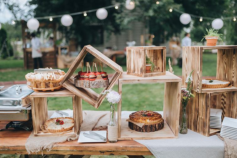 Στις μέρες μας, δεν είναι ασυνήθιστο οι νύφες και οι γαμπροί να επιλέγουν ένα γεύμα σε μπουφέ για τη γαμήλια δεξίωσή τους.Αν σας αρέσει η ιδέα ενός επίσημου γάμου, αλλά προτιμάτε μια πιο συναρπαστική ατμόσφαιρα, μπορείτε να οργανώσετε έναν λαμπερό μπουφέ που θα ικανοποιήσει ακόμα και τους πιο απαιτητικούς καλεσμένους σας.