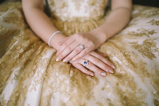 Όλοι γνωρίζουμε ότι ένα δαχτυλίδι στο αριστερό σας δάκτυλο είναι το παγκόσμιο σημάδι της«απόσυρσής» σας από την «αγορά» των εργένηδων.Ένα κοντινό πλάνο του δακτυλιδιού σας είναι ο πιο δημοφιλής τρόπος για να ανακοινώσετε πως, επιτέλους, αρραβωνιαστήκατε!