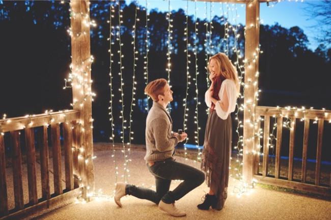 Ψάχνετε την ιδανικότερη πρόταση γάμου για τον ξεχωριστό άνθρωπό σας; Μην υποκύψετε στο συνηθισμένο. Καθίστε σκεφτείτε και σε ανάγκη συζητήστε με τους φίλους σας για να βρείτε τον κατάλληλο και ρομαντικό τρόπο να κάνετε την πρόταση γάμου σας στη σύντροφό σας. Κι αν αυτά δεν έχουν αποτέλεσμα, διαβάστε το παρακάτω άρθρο μας και πάρτε ιδέες!