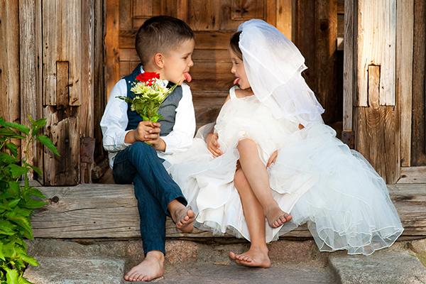 Είτε έχετε τα δικά σας παιδιά, είτε θέλετε να συμπεριλάβετε την αγαπημένη σας ανιψιά ή τον γλυκό σας ανιψιό στη μεγάλη μέρα σας, μπορείτε να το κάνετε με διάφορους τρόπους. Μπορείτε να βάλετε τα κοριτσάκια να μοιράζουν λουλούδια ή δωράκι και τα αγοράκια να μεταφέρουν τα δακτυλίδια. Αλλά για τους καλεσμένους που μπορεί να έχουν […]
