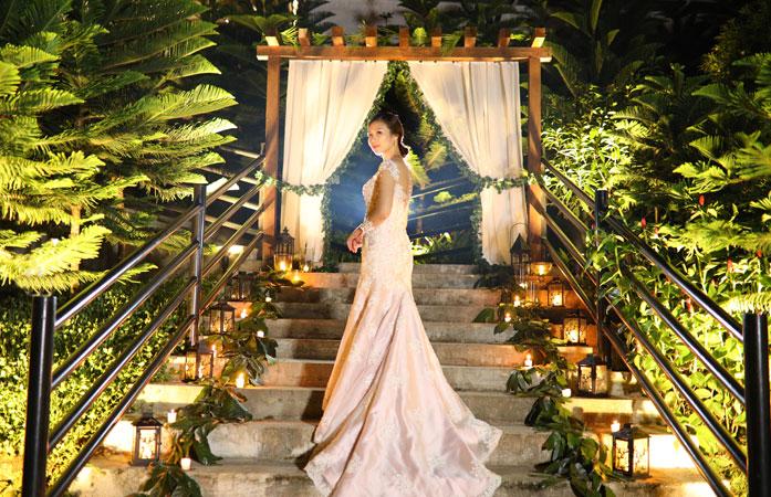 Όταν σκεφτόμαστε τα είδη γάμων που θα θέλαμε να σας παρουσιάσουμε, φυσικά τείνουμε προς αυτούς που γίνονται σε εξωτερικούς χώρους, γεμάτους με απαλά όμορφα χρώματα, μεγάλα όμορφα άνθη και λεπτομέρειες τόσο διαχρονικές όσο και μοντέρνες.Αλλά, αυτές οι όμορφες τελετές στη φύση δεν είναι πάντα τόσο απλές όσο φαίνονται online.Έτσι σήμερα, έχουμε μια τέτοια διασκεδαστική θεματολογία. […]